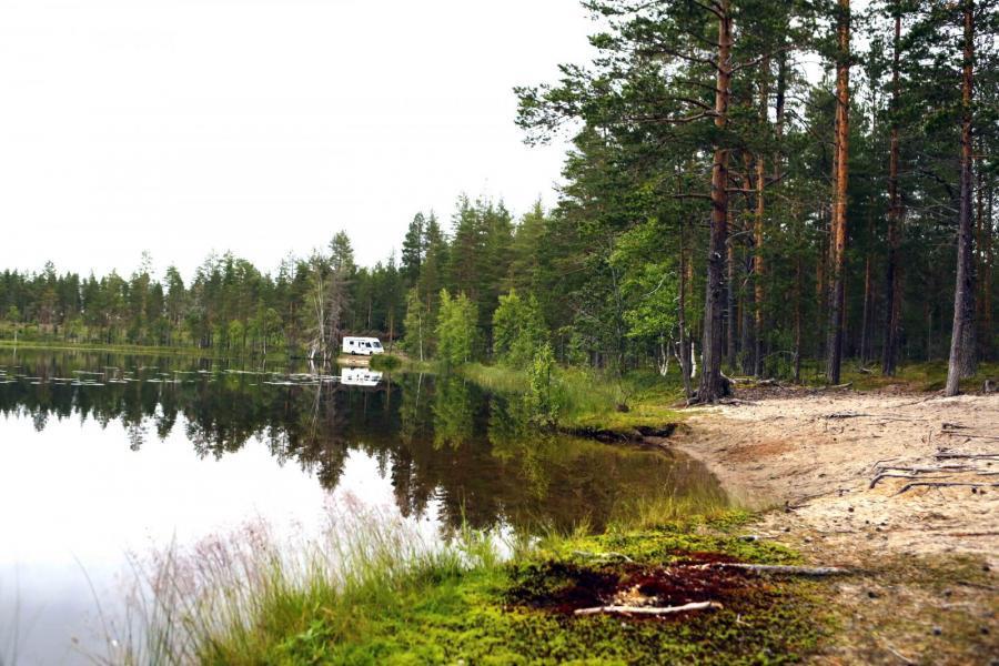 Ställplatstips vid enslig sjö, fyra mil från Umeå.