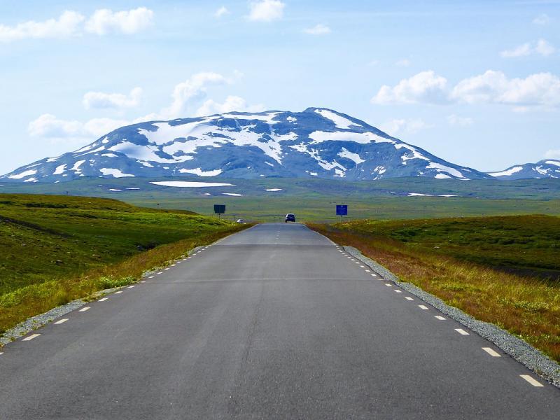 Runt midsommar kommer vägen som nu är täckt av ända upp mot sju meter snö att kunna upplevas så här.