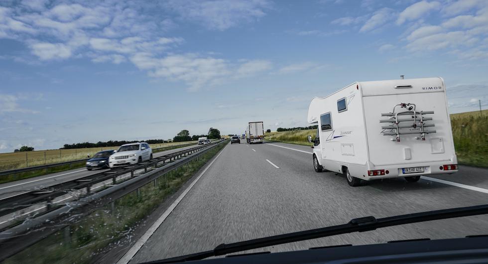 Visa hänsyn vid omkörning och tänk på vindpusten som bildas mellan stora fordon.