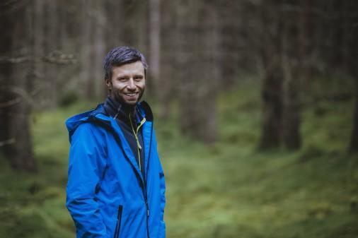 Pontus Sjöholm är kökschef på Asa Herrgård och nu även certifierad naturguide genom Naturturismföretagen. Något som passar väl in när han tar grupper med till skogen för att plocka vad naturen ger och laga mat över öppen eld.