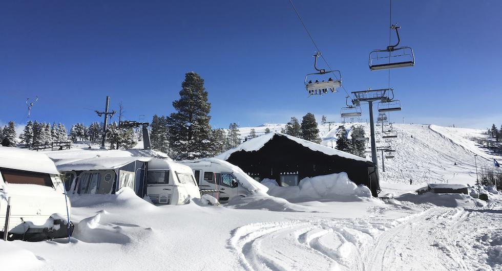 Campingen intill restaurang och backar om du väljer området Camping Väst i Idre Fjäll.