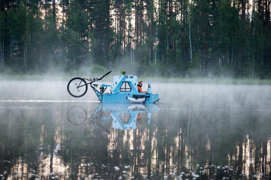 Lettisk pedaldriven båt och husvagn
