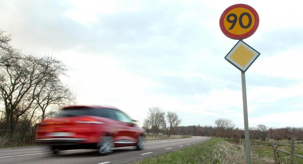 Sänkta hastighetsgränser på 121 mil väg