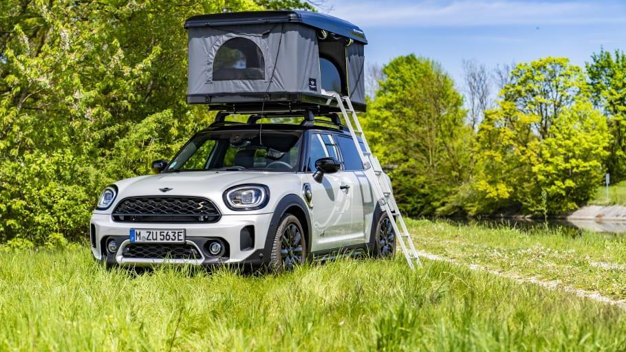 Mini slår ett slag för elektrifierade campingbilar med taktält