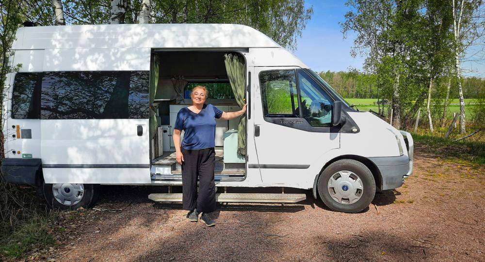 Ann-Mari Brengdahl framför sin ombyggda Ford Transit.