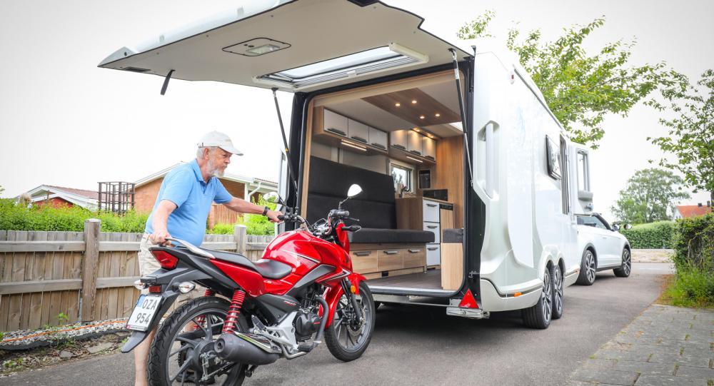 Den röda Hondan får enkelt plats i husvagnen.