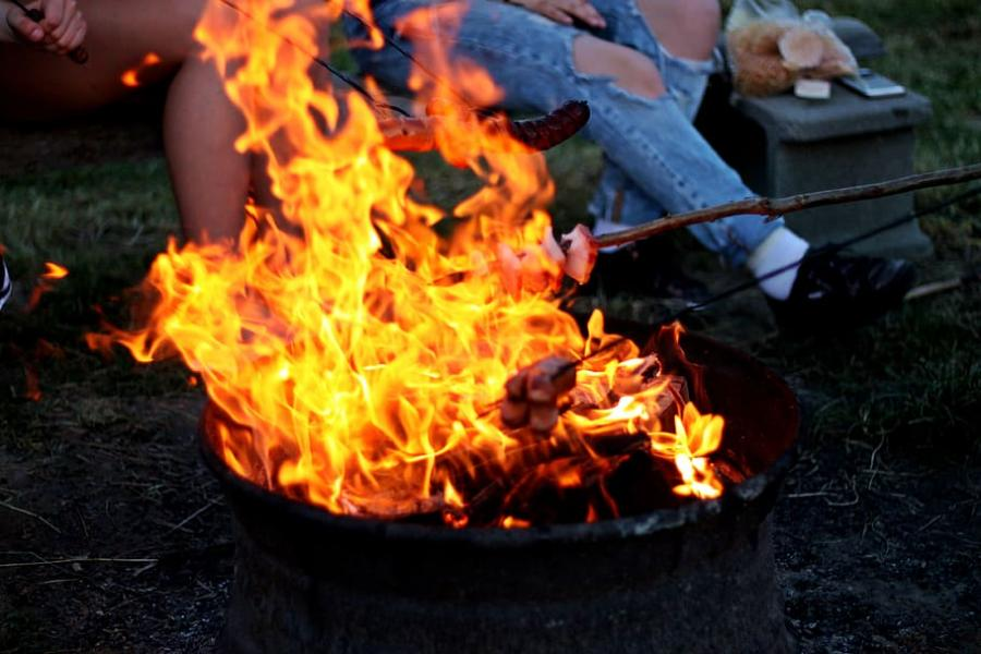 Grillar och öppen eld utgör en av orsakerna till bränder på campingar. Ha alltid släckningsredskap till hands, en olycka kan tyvärr hända snabbt.