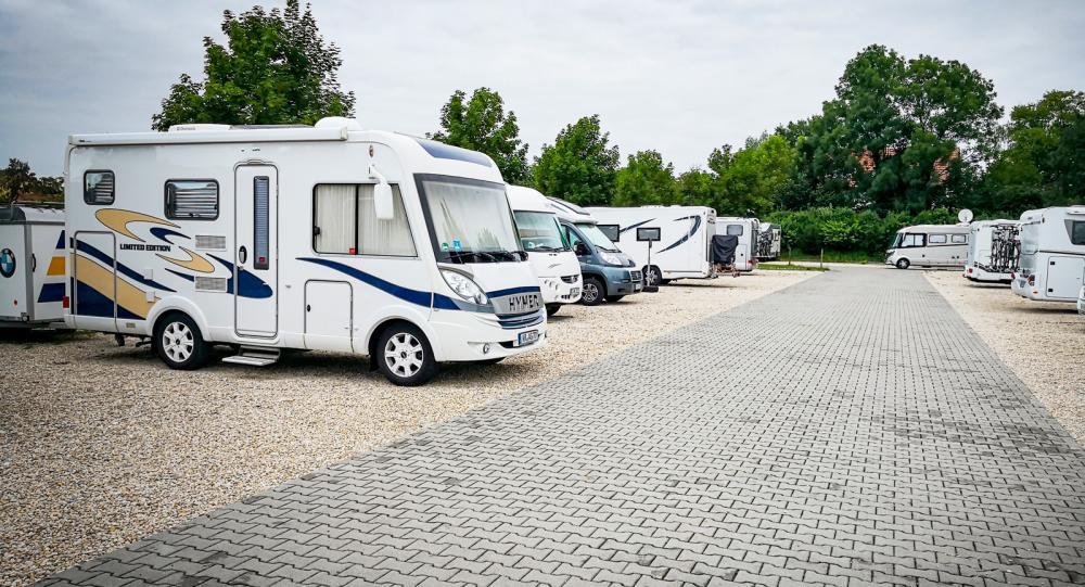 Ställplatsen utanför Therme Erding blir vårt hem. Här välkomnas även husvagnar. Är det fullt finns massor av plats på badhusets stora bilparkering.