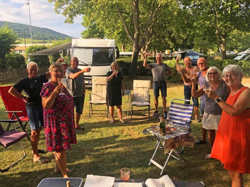 """I Ribeauvillé fick vi bästa platserna på campingen och kunde introducera den trevliga franska sedvänjan """"apéro"""", gemensam drink före middagen."""