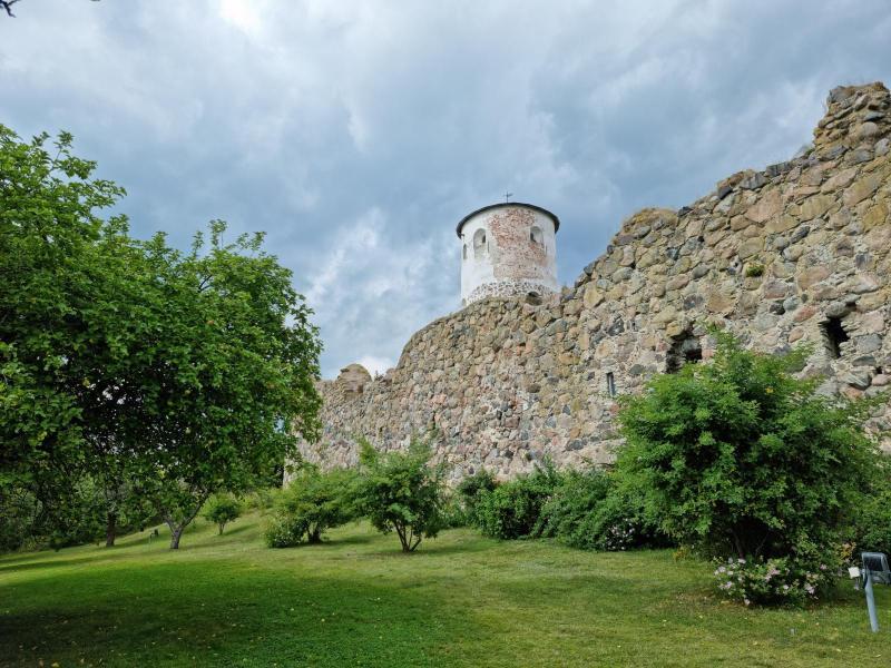 Stegeborgs slottsruin omgärdas av en örtagård och man kan låna en ljudspelare där Herman Lindqvist guidar besökaren.