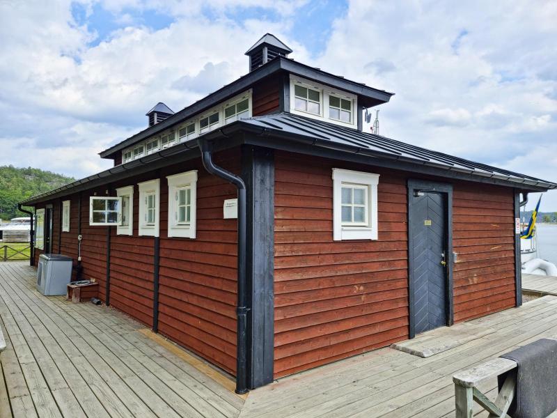 Servicehus med duschar och toaletter delas med gästhamnen.
