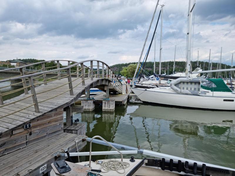 Gångbro mellan de båda ställplatsområdena.