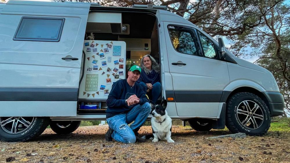 Numer kör Mikael och Eva Sanfridsson en plåtis, byggd på VW Crafter. De fricampar ständigt – men inte vid autobahn.
