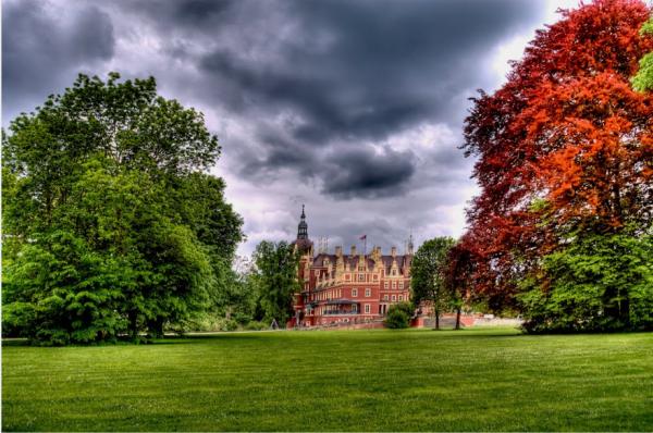 Världsarvsklassade Muskauer Park med slottet inbäddat i grönska.