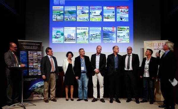 Juryn för det prestigefyllda priset som delas ut på Caravan salon i Düsseldorf. Jimmie Öbom har ljusa byxor och står i stort sett i mitten.