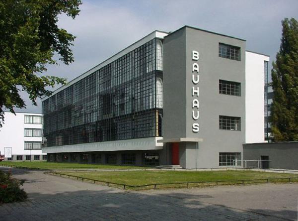 Den moderna byggnaden var ikonisk när den byggdes för ungefär 90 år sedan men blev kraftigt omstridd tio år senare.