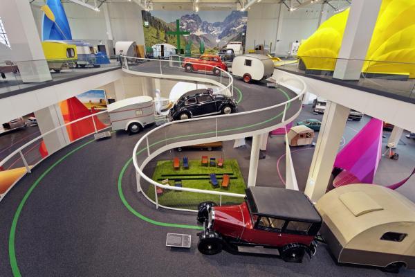Både invändigt och utvändigt är byggnaden spektakulär även om utställningens många fordon naturligtvis är det primära.