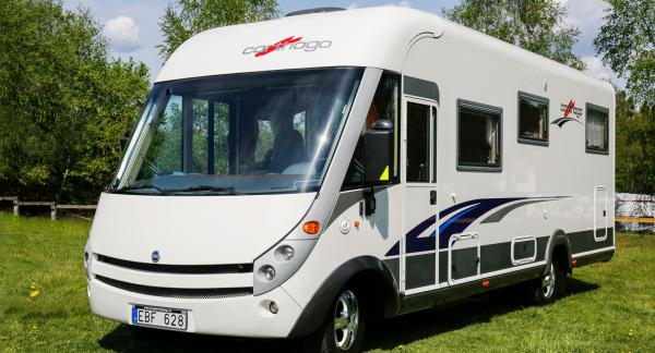 På campingplatsen tar man enkelt ut och in både stolar och bord från det stora garaget längst bak i bilen.
