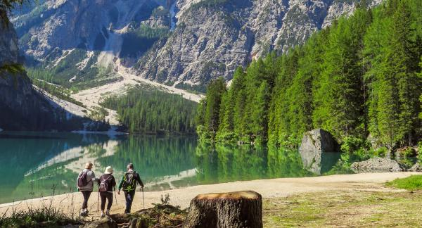 Sol, berg och en spegelblank sjö – vad mer kan man begära av en naturupplevelse?