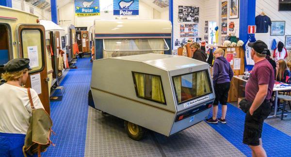 Här kan du gå in och ut ur gamla husvagnar med tidstypisk inredning till det facila priset av... noll kronor.