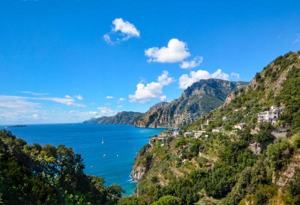 Den fantastiska vägen längst med Amalfikusten i Italien