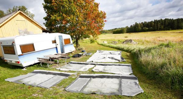 Obs! Kontrollera noga att gräset inte är fuktigt om du väljer att lägga ut delarna på gräsmattan.