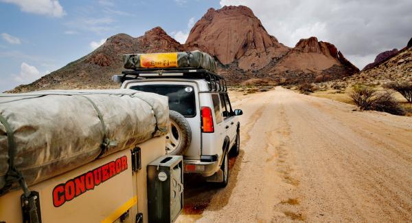 Spitzkoppe är en serie med sockertoppskullar mitt ute i platta Namibia.