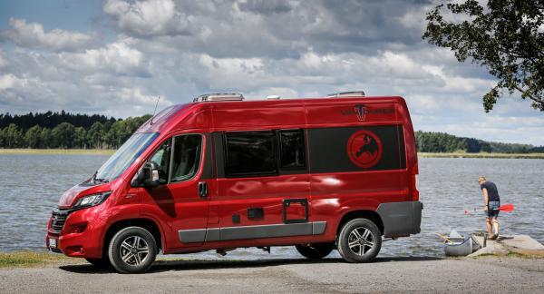 Äventyrsbilen 540 har ett långt lastutrymme som nog klarar en kajak men kanadensaren på bild är för stor.
