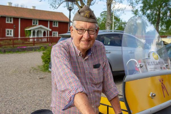 Kjell Boberg jobbade som vägsamarit på 50-talet. Nu ställer han ut sin motorcykel på Riksettanrallyt.
