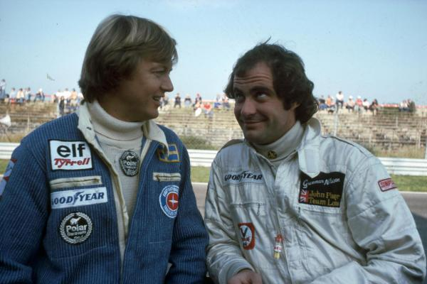 Ibland togs livet med en klackspark. Ronnie trampade för seger, här med Gunnar Nilsson. Kenneth Olausson var med bakom kameran.