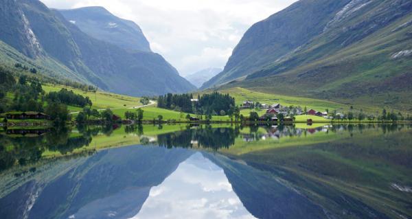 På väg mot Geiranger till Eidsdal genom en pastoral landskapsidyll. Norge i ett nötskal!