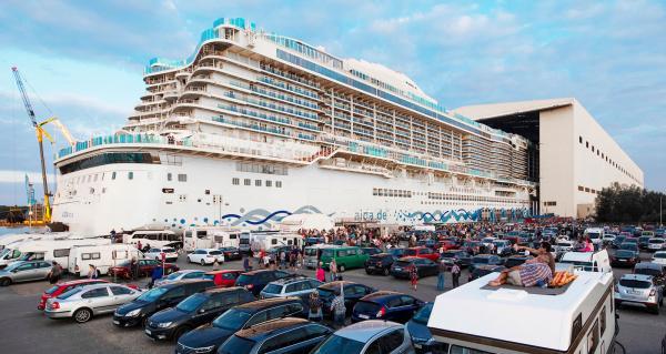Kryssningsfartyg som föds har blivit en turistmagnet för husbilister i norra Tyskland/Holland.