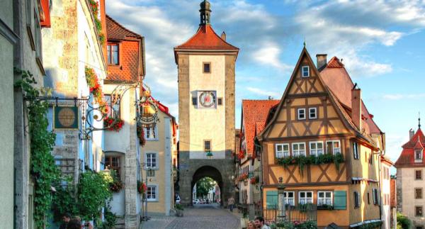 En miljö som taget ur en saga. Men den finns i verkligheten och just det här stadstornet i Rothenburg o.d. Tauber har ofta fått bli en ikon för de medeltida städerna i Tyskland.