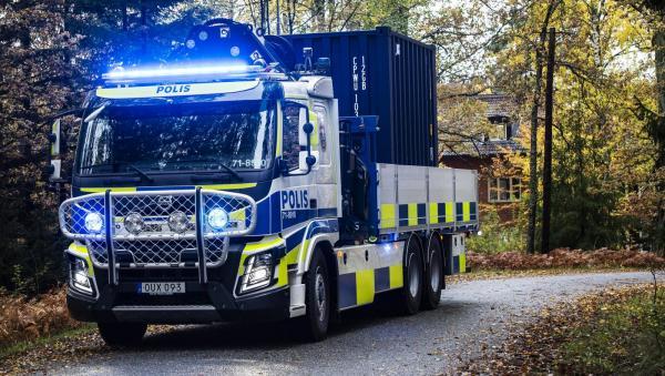 Även svenska polisen har lastbilar som den här på 28 ton. Om de har några anonyma känner vi inte till.