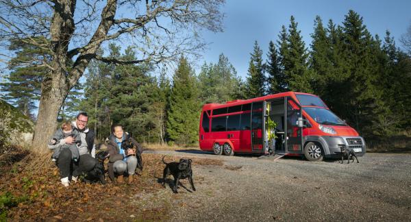 David Hermansson och MikaelaJansson reser med två döttrar och åtta hundar i husbilen.