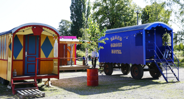 Cirkusvagnarna är byggda av rivningsmaterial med fokus på hållbarhet.