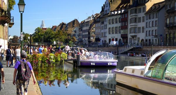 Utflyktsbåtarna lägger till vid Palais Rohan, ett slott från 1700-talet med flera museer. Härifrån åker man på en timslång tur runt centrala Strasbourg.