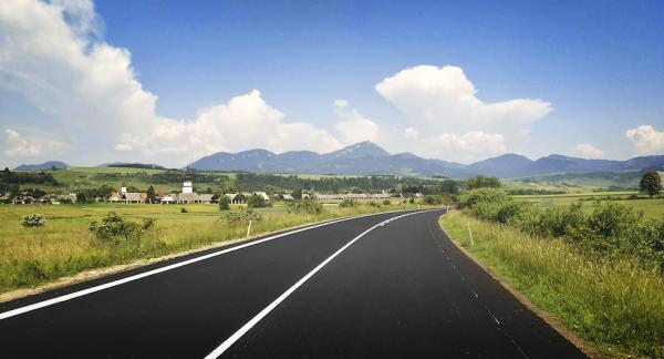 Tatrabergen i horisonten och en avkopplande landsväg med gles trafik. Det är annat än motorväg det!