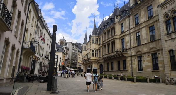 EU har flera kontorsfilialer i Luxemburg och utanför patrullerar vakter. Se till höger i bild.