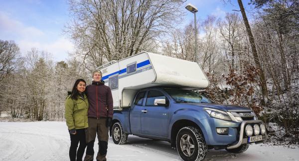 Marcela och Nicholas framför sin camper, som kommer vara deras hem den kommande tiden.