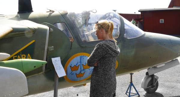 Infoskyltar invid flygplanen förhöjer upplevelsen. Här ses en SK60B med en toppfart av 770 km/h.