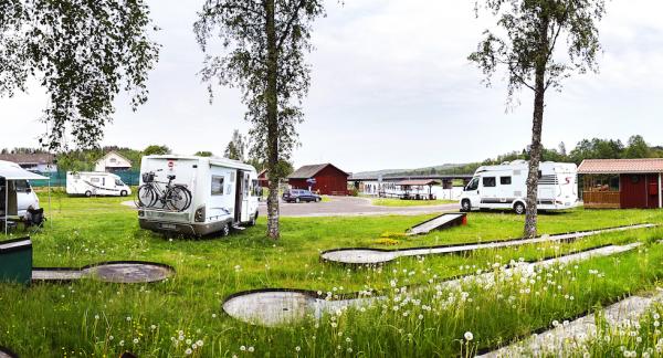 Vackert vid vattnet hittar vi ställplatsen i Värmlands Nysäter mellan Säffle och Arvika. En och annan husbil rullar in.
