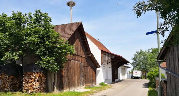 Storkarna har bättre ställplatsmöjlighet än husbilister i Pfaffen så vi åker till grannbyn Bedernau istället.