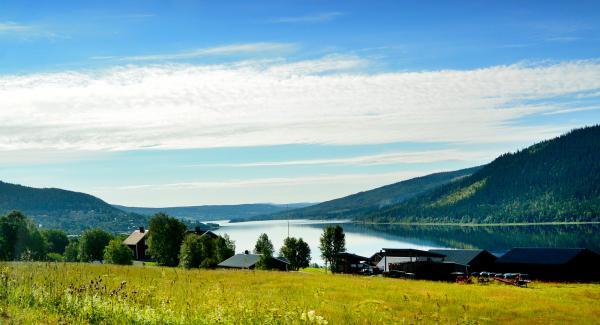 Utsikten från vägen ner mot Indalsälven och Åre Camping är en fröjd för ögat.