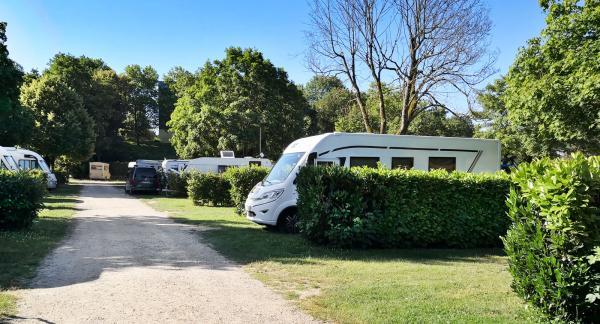 Generösa och trevliga platser på gräs där även de största och lyxigaste husvagnarna har gott om svängrum.