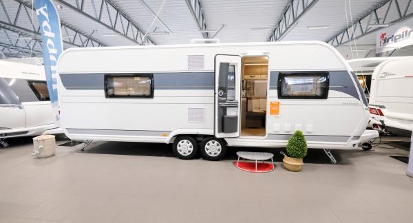 Hobby Prestige 660 WFC är en mäktig och snygg boggihusvagn för par som kräver rejäla utrymmen och gästmöjlighet.