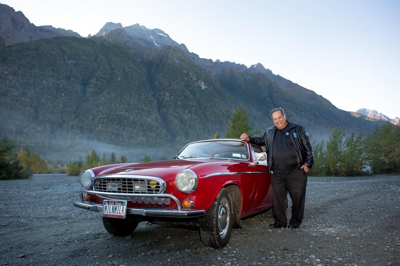 Irv Gordon i Alaska när han kört tre miljoner miles med sin Volvo 1800 S.