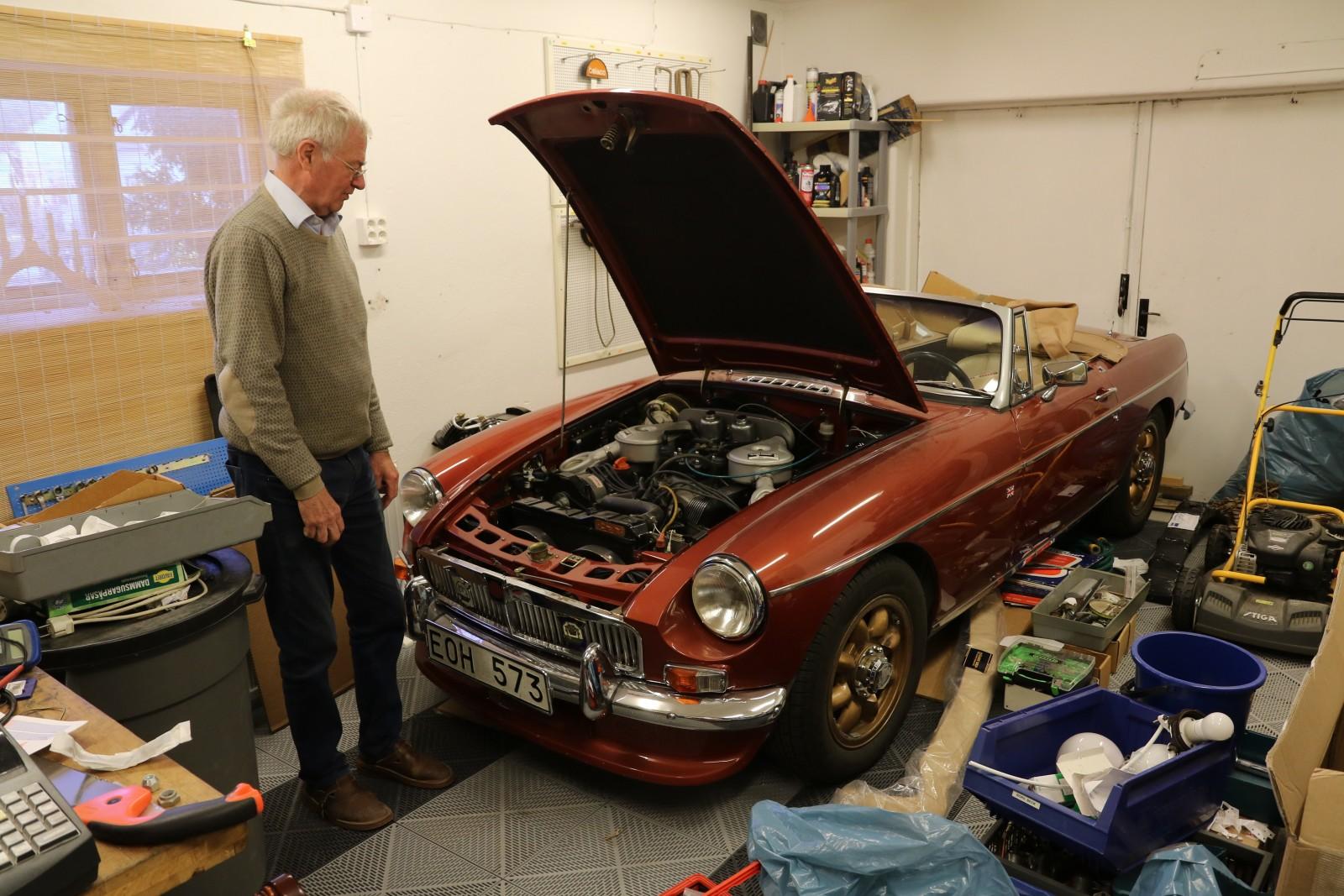I det kombinerade lagret och garaget står Thomas Brandts MGC.