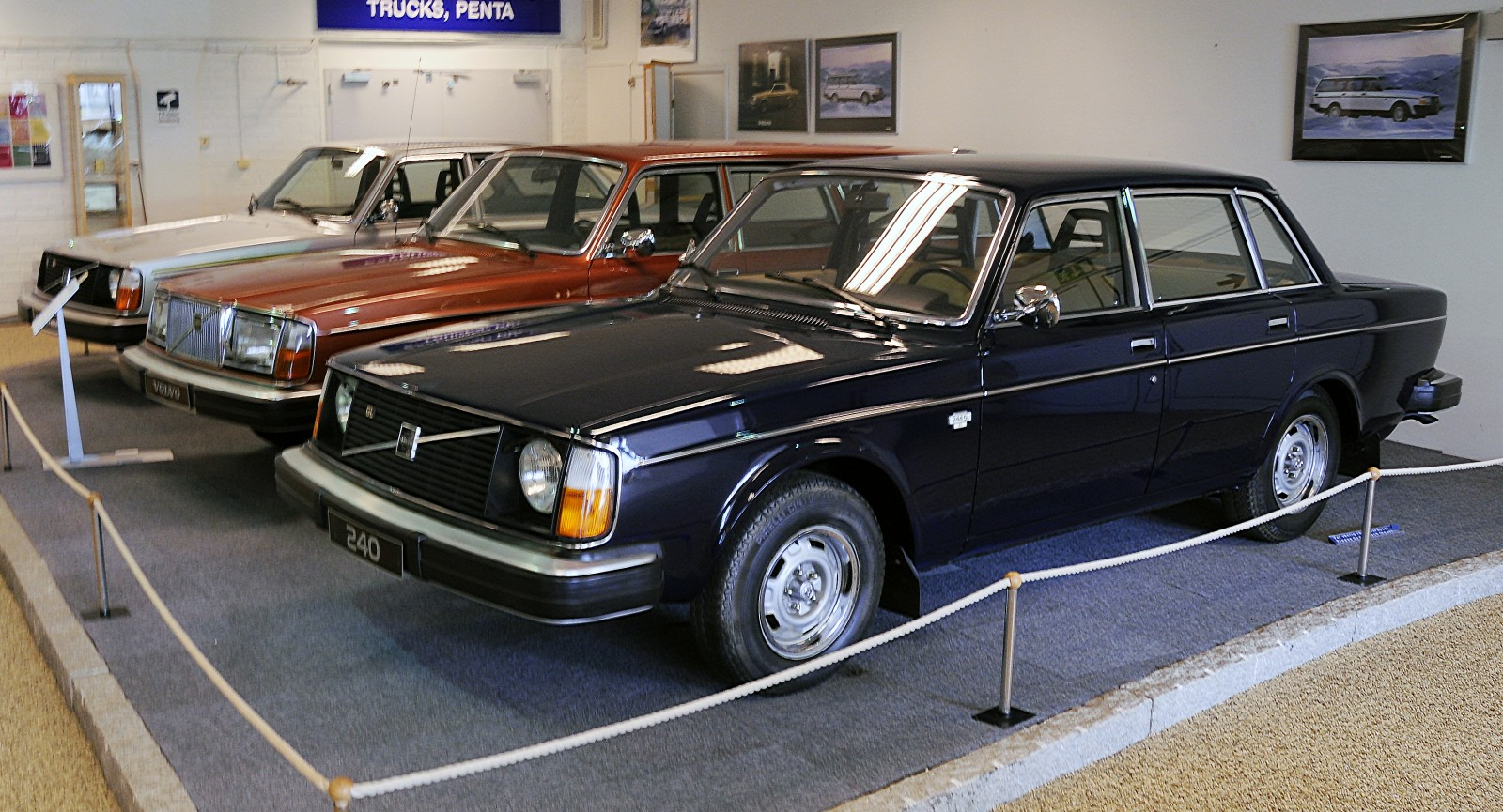 Närmast i bild syns Volvo 244 med chassinummer ett.