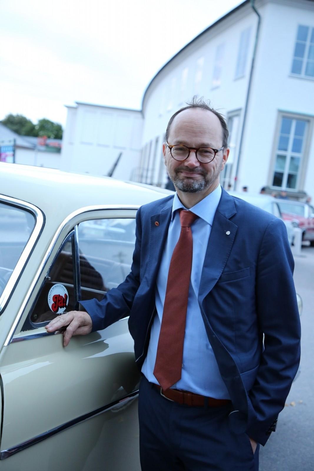 Infrastrukturminister Tomas Eneroth vid 50-årsfirandet av högertrafikomläggningen. Då anade han inte hur mycket platina han var omgiven av.